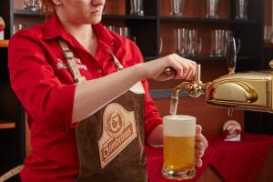 Správně načepované pivo má říz a chuť jako v pivovaru