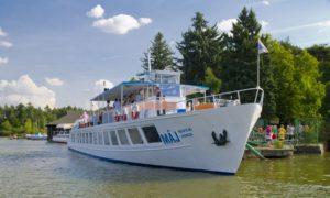Máj je největší výletní lodí, která zajišťuje vyhlídkové okružní plavby na Máchově jezeře.