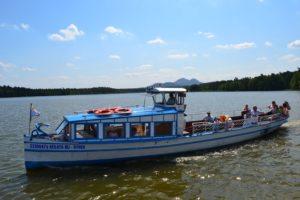 Hynek funguje jako pravidelná dopravní linka a na Máchově jezeře vás dopraví na kteroukoli z osmi zastávek.